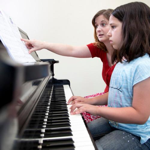 ¿Hay diferencia entre obligar a un niño a tomar clases de piano y obligarlo a aprender computación?